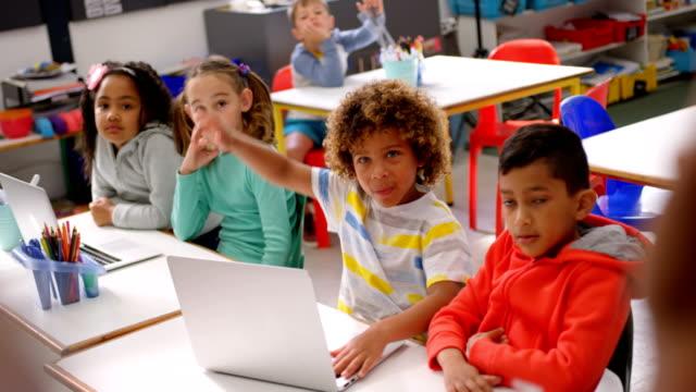 Männerlehrer unterrichtet Schülerinnen und Schüler im Klassenzimmer 4k – Video