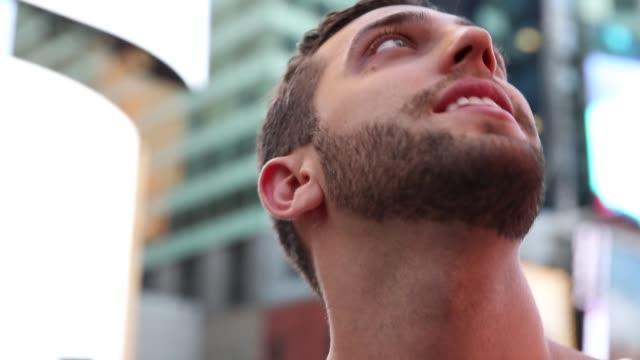 タイムズスクエアの明かりを観察する男性観光客 - アーバンライフスタイル点の映像素材/bロール