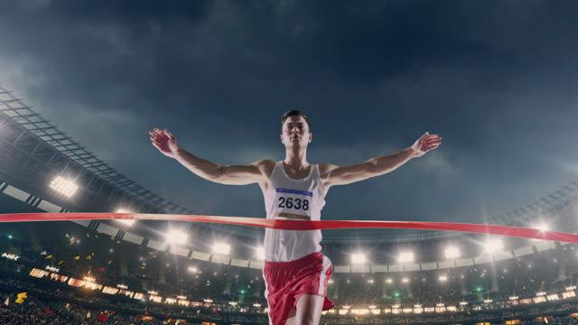 Atletismo masculino corredor cruza la línea de llegada - vídeo