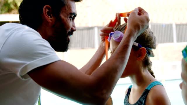彼の学生に金メダルを与える男性トレーナー - メダル点の映像素材/bロール