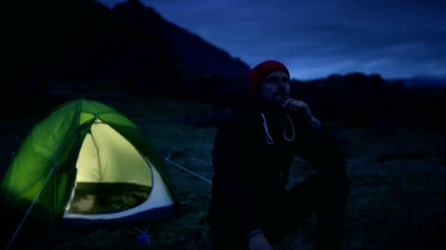 野生の男性旅行者。キャンプ - 自生点の映像素材/bロール
