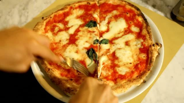 vídeos y material grabado en eventos de stock de visitante masculino cuidadosamente corte tradicional napolitano pizza pizzeria acogedor - pizza