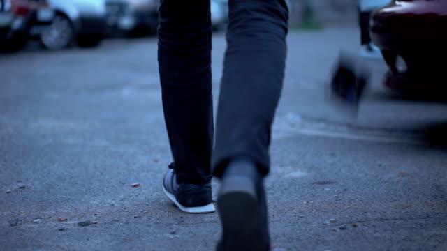 在城市街道上的男性走丟錢包與信用卡, 分心 - 銀包 個影片檔及 b 捲影像