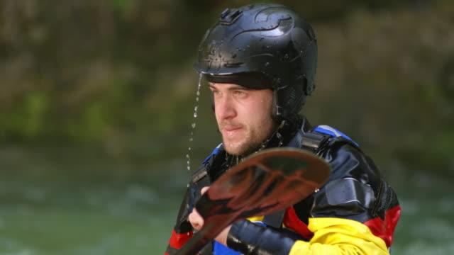 SLO MO mâle kayakiste whitewater, secouant la tête pour se débarrasser de l'excès d'eau - Vidéo