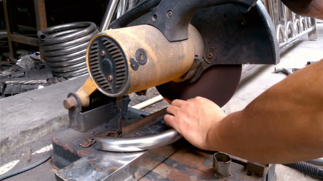 vídeos y material grabado en eventos de stock de trabajador masculino moliendo tubos de acero inoxidable por máquina de molienda 4k - descarga eléctrica