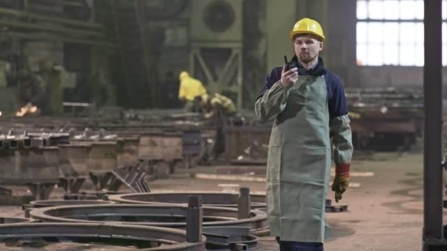 manliga arbetare med walkie-talkie walking genom plant - kommunikationssätt bildbanksvideor och videomaterial från bakom kulisserna