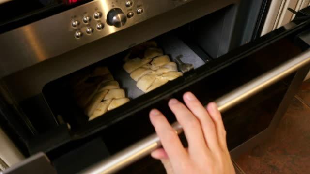男性の手は内部生チョコレートパイとオーブンのドアを閉める ビデオ