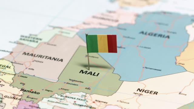 vidéos et rushes de au mali avec drapeau national - épingle