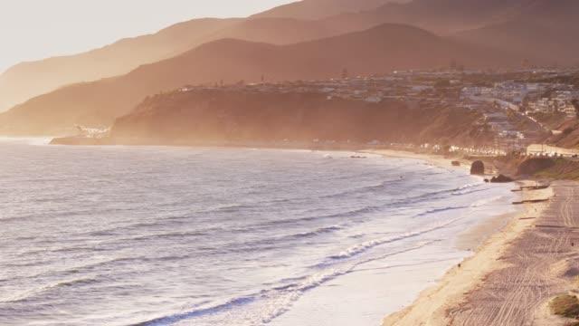vídeos de stock e filmes b-roll de malibu, california - aerial view - estrada 001
