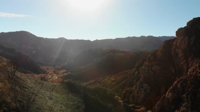 malibu lake foothills - catena di montagne video stock e b–roll