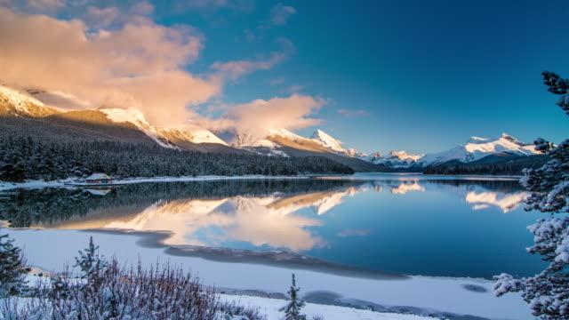 maligne lake tid förfaller vid solnedgången - klippiga bergen bildbanksvideor och videomaterial från bakom kulisserna