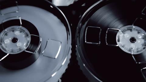 vídeos y material grabado en eventos de stock de bobina de malinovye en el viejo dispositivo de reproducción y grabación de sonidos, como para escuchas telefónicas - rusia