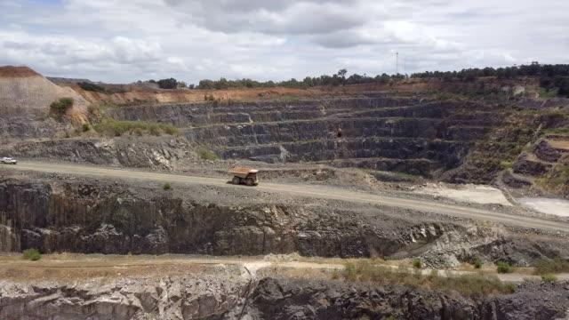 mammut lastbil i litium gruvan south western australia - mineral bildbanksvideor och videomaterial från bakom kulisserna