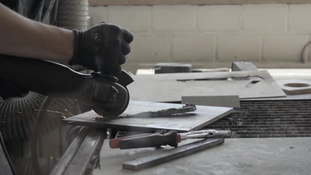 Mann Abrasiv Schneiden von Metall – Video