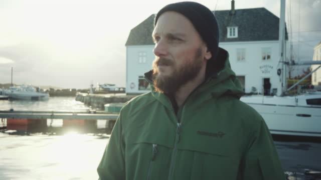 vídeos y material grabado en eventos de stock de hombre solo en un muelle junto al mar - bergen
