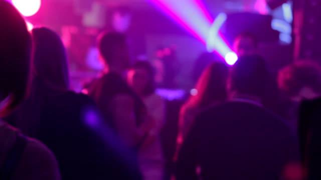 vidéos et rushes de homme et femme danse dans la boîte de nuit à proximité - fête de naissance