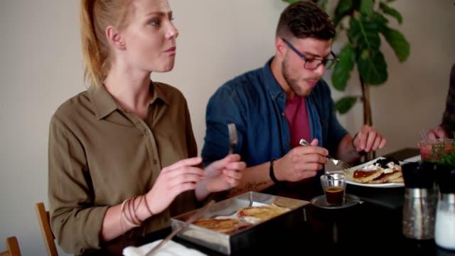 mann und frau brunch essen und trinken kaffee im café - brunch stock-videos und b-roll-filmmaterial