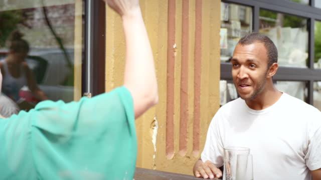 kobieta i mężczyzna na lunch data clap i piątkę po zakończeniu ich napoje - scone filmów i materiałów b-roll