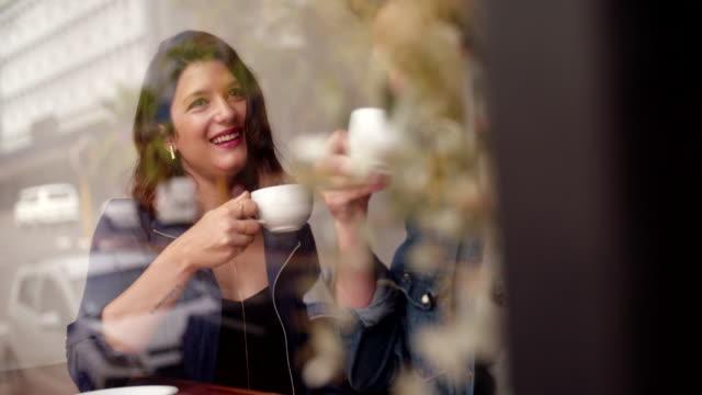 mężczyzna i kobieta, popijając ich kawy w kawiarni - espresso filmów i materiałów b-roll