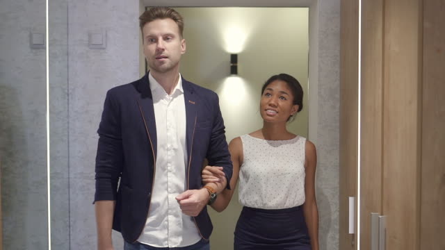stockvideo's en b-roll-footage met man en vrouw wandelen in de spa salon samen - afro amerikaanse etniciteit