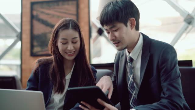 vídeos y material grabado en eventos de stock de hombre y mujer trabajando juntos en el café - encuadre cintura para arriba