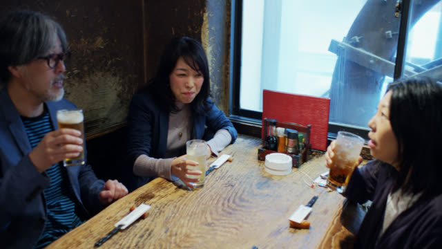 東京バーハンドヘルドの男性と女性 - 飲み会点の映像素材/bロール