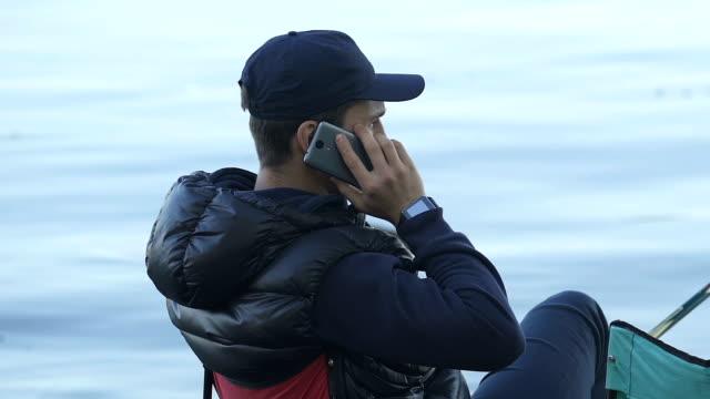 釣り、接続不良、通信品質に答える電話呼び出しを男します。 - 漁師 外人点の映像素材/bロール