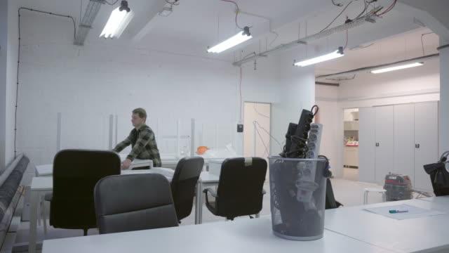 vidéos et rushes de homme, organisation de bureaux - vidéos de rallonge électrique