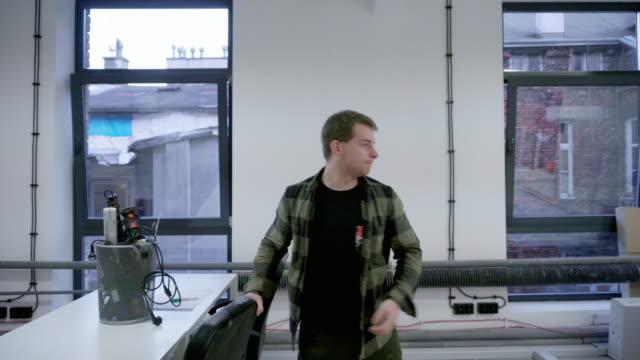 vidéos et rushes de homme, organisation de bureau - vidéos de rallonge électrique