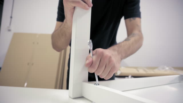 남자 조립 새로운 사무실 책상 - 한 명의 중년 남자만 스톡 비디오 및 b-롤 화면