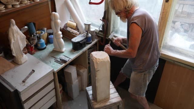 mannen på craft workshop - sten konstruktionsmaterial bildbanksvideor och videomaterial från bakom kulisserna
