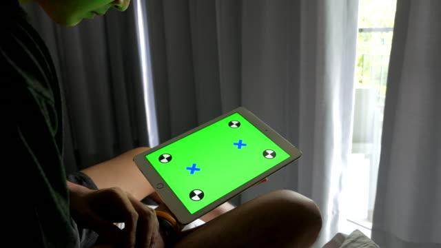 vídeos de stock e filmes b-roll de homem em casa e usando tablet com tela verde - membro