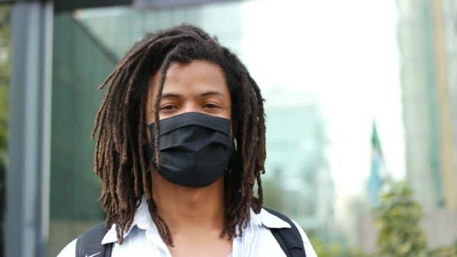 vídeos de stock e filmes b-roll de man at paulista avenue, sao paulo city. - afro latino mask