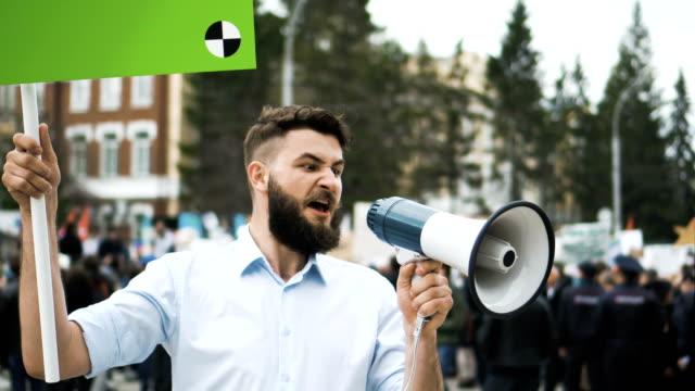 領域のテキストをコピーすると追跡のためのポイントのバナーと政治会議で男 - 民主主義点の映像素材/bロール