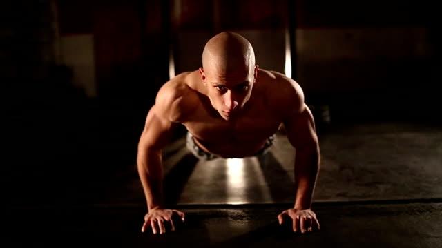 男性ジムで - 人の筋肉点の映像素材/bロール