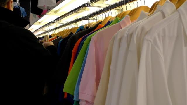 vídeos y material grabado en eventos de stock de hombre de camiseta en la colección - moda playera