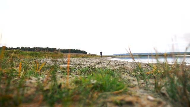 man atlet kör löpare på natur sport nära en sjö hälsosam livsstil - tävlingsdistans bildbanksvideor och videomaterial från bakom kulisserna