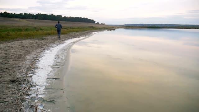 man idrottare kör löpare på idrott naturnära en sjö hälsosam livsstil - tävlingsdistans bildbanksvideor och videomaterial från bakom kulisserna