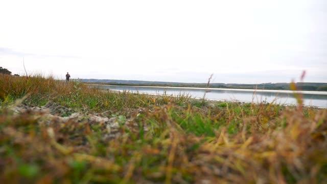 man idrotts man sport kör löpare på naturen nära en sjö hälsosam livsstil - tävlingsdistans bildbanksvideor och videomaterial från bakom kulisserna