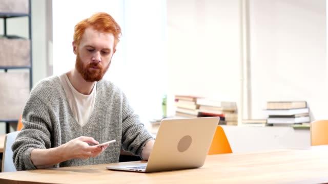 男は、電話、ラップトップで作業に参加 - 持ち上げる点の映像素材/bロール