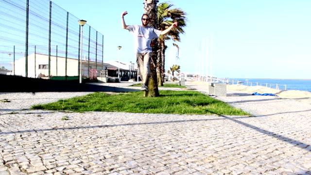 男性のバランスを整え、ジャンプ、slackline - 体操競技点の映像素材/bロール