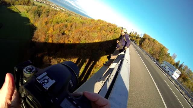 uomo base jump da alta ponte - base jumping video stock e b–roll