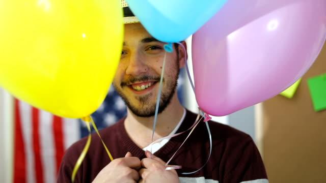 mannen bakom ballonger - endast en man i 30 årsåldern bildbanksvideor och videomaterial från bakom kulisserna