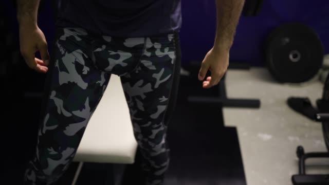 stockvideo's en b-roll-footage met man bench press training in gym - bankdruktoestel