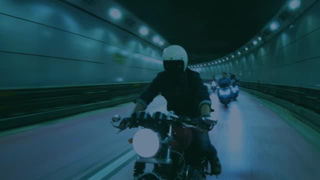 vidéos et rushes de un motard homme équitation une nuit de la moto - moto sport