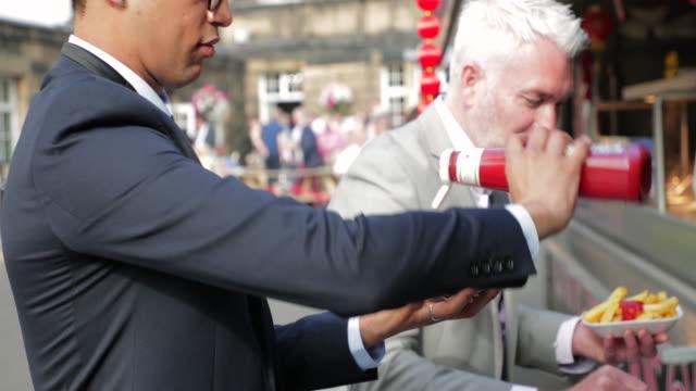 stockvideo's en b-roll-footage met man bijten in een hamburger - foodtruck