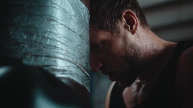 Hombre de boxeo punshing sacos - vídeo
