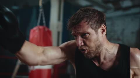 borsa da gioco di boxe uomo - allenamento video stock e b–roll