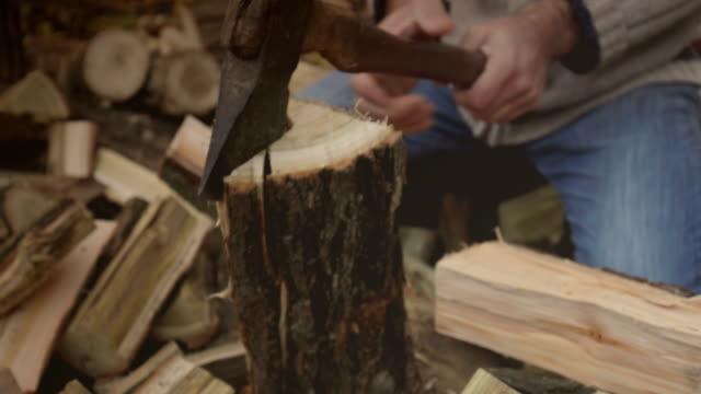adam kırma yakacak odun - şömine odunu stok videoları ve detay görüntü çekimi