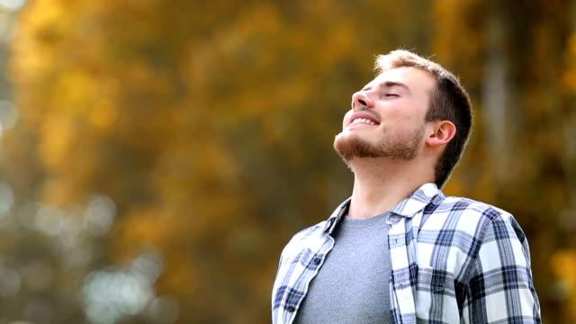 человек дышит в парке осенью - mindfulness стоковые видео и кадры b-roll